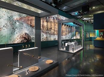 Guardian Clarity™ anti-reflective glass helps museum visitors focus on the exhibits. 