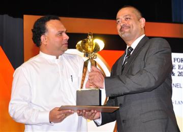 Sanjay Melvani, Managing Director of Trelleborg Sri Lanka accepting the Presidential Export Award. (Photo Trelleborg Wheel Systems, TWSPR008)