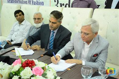 Prof. Dr. Fazal Ahmed Khalid, Vice Chancellor UET, Lahore and Mujtaba Rahim, CEO Archroma Pakistan signing the MoU between the two institutions. 