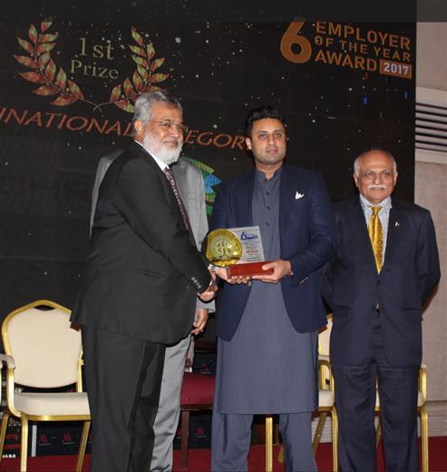 Vaqar Arif, Head of Finance & Controlling Pakistan, Archroma, receiving the EFP 'Employer of the Year' Award from Mr. Sayed Zukfiqar Abbas Bukhari, Federal Minister of Human Resource Development & Overseas Pakistan.  (Photo: Archroma)