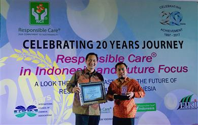 Gede Suyasa, Director, and Sukadi, Safety & Ecology Manager, Sustainability and Regulatory Affairs, Clariant Indonesia received the award on behalf of Clariant. <br>(Photo: Clariant)