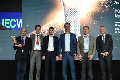 De gauche à droite: Henri-Paul Benichou (Sales & Business Development Manager, Polyscope) Ferdi Faas (Business Unit Director Engineering Plastics, Polyscope), Sem Sals (Product Development Engineer, Polyscope), Michel Baseotto (Business Development Manager, Polyscope), Paul van den Heuvel (Market & Application Development Manager, Polyscope) and Maarten Camps (Secretary General Ministerie of Economic Affairs and Climate) reçoit le Prix de l'innovation dans le cadre de la JEC World 2019 à Paris. 