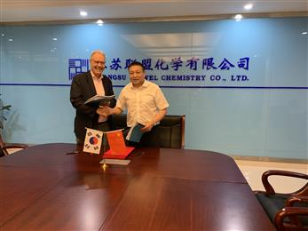 Mr. Philippe Schlaepfer, Leader of Performance Chemicals at SONGWON Industrial Group, and Mr. Jiang, President of Uniwel, during the contract-signing ceremony.