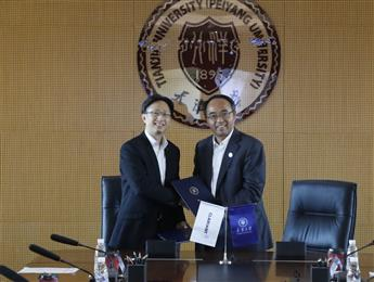 From left to right: Kevin Chan, Clariant's Head of Catalysts China and Prof. Wenping Hu, Vice President of Tianjin University, signing the partnership agreement at the University's premises. (Photo/Photographs: Clariant)
